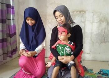 Ayu Novi Astiana bersama kedua anaknya saat dikunjungi di kediamannya. Foto: Saifal/Islampos