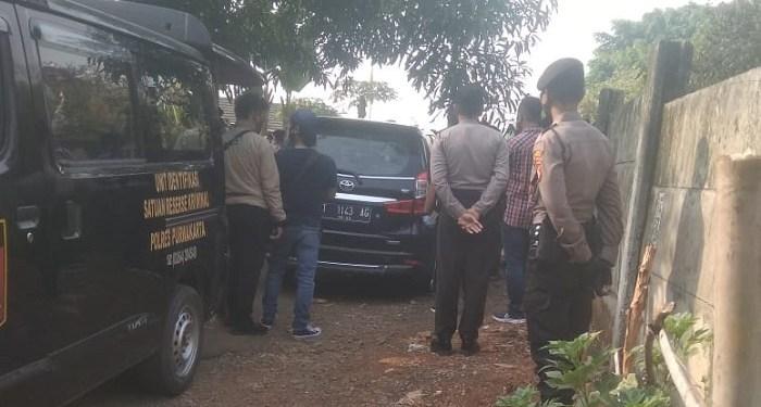 Polisi di tempat kejadian perkara penembakan pria dalam mobil di Purwakarta. Foto: Istimewa