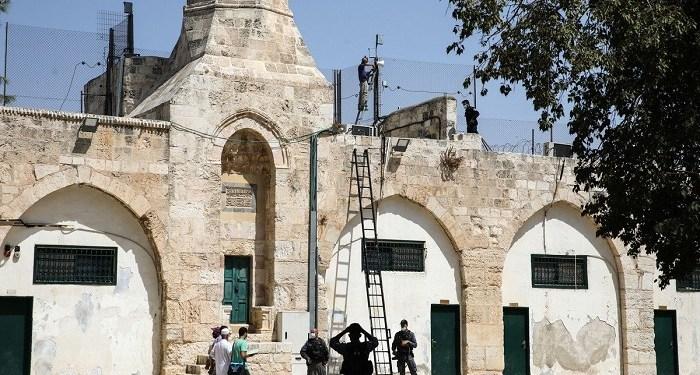 Tentara Israel tengah memasang pengeras suara di komplek masjid Al Aqsha. Foto: MEMO