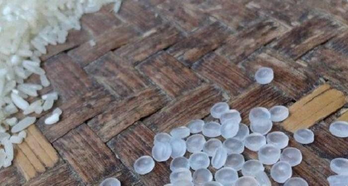 Plastik bercampur beras ditemukan dalam karung bantuan nontunai. Foto: Antara
