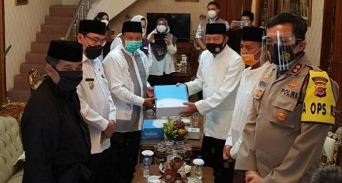 Pemprov Jabar melalui tim gugus tugas Covid-19 provinsi memberikan bantuan alat swab, vitamin, dan masker kepada Ponpes Cipasung. Foto: Kabar Priangan