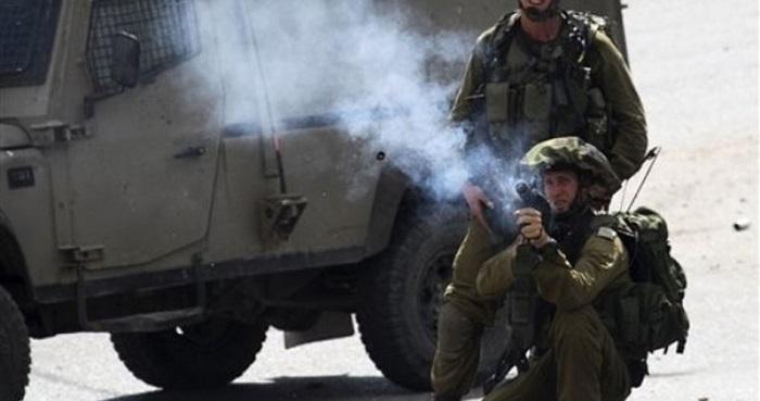 Tentara Israel tembakkan gas air mata. Foto: PIC