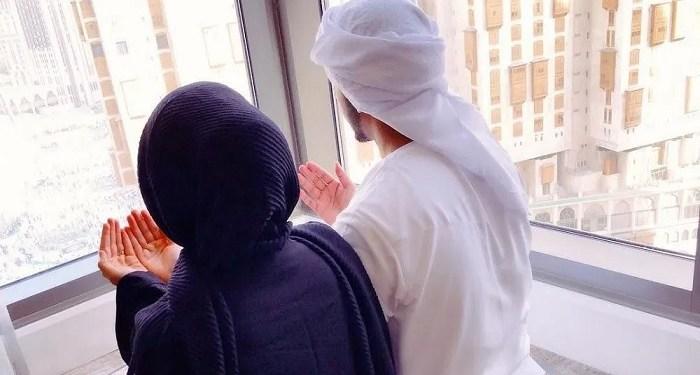 ilustrasi pasangan suami istri berdoa memohon keturunan