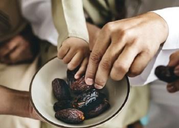 ilustrasi kesehatan makan kurma