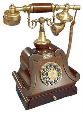 Uno de los primeros teléfonos de Telefónica en España. Unos 70 años más o menos