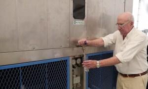 Generador-de-agua-potable-con-su-inventor[1]