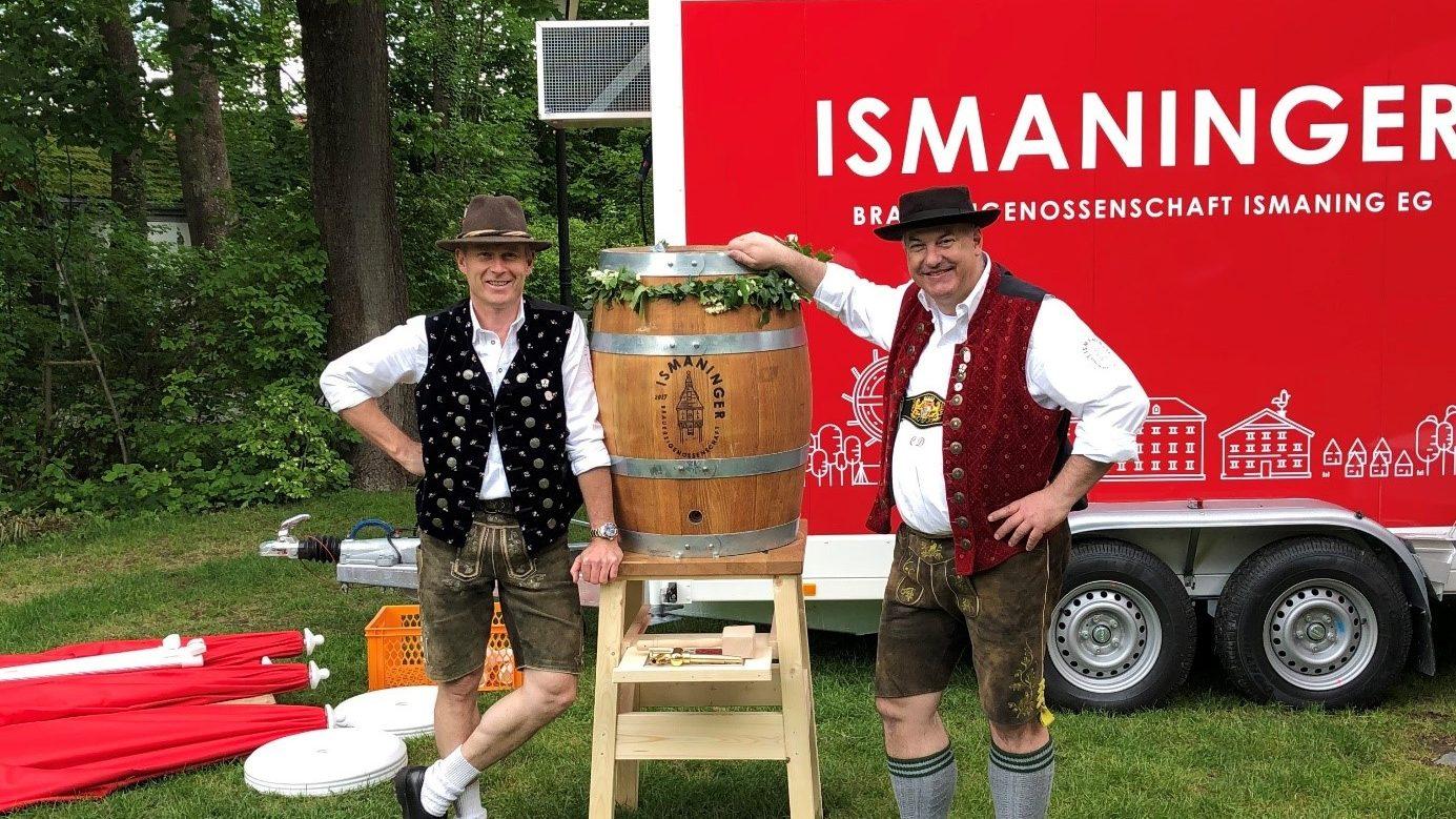 Werner Kastner und Christian Dobmaier präsentieren das Festbier