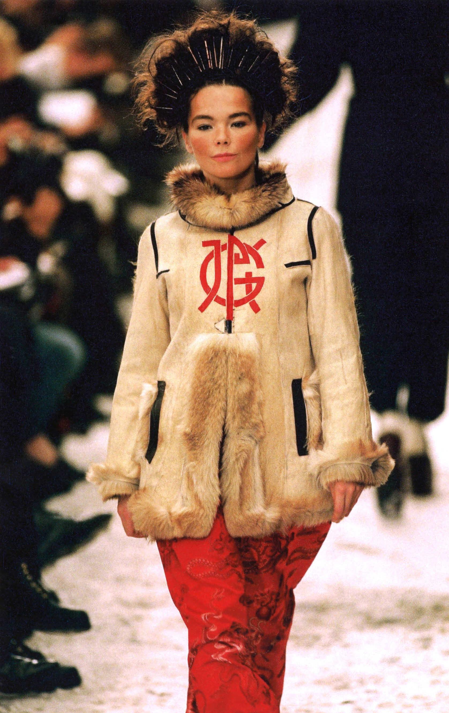 Björk en la pasarela de la colección A/W 1994 del diseñador Jean-Paul Gaultier. Fotografía: Getty/Archivo