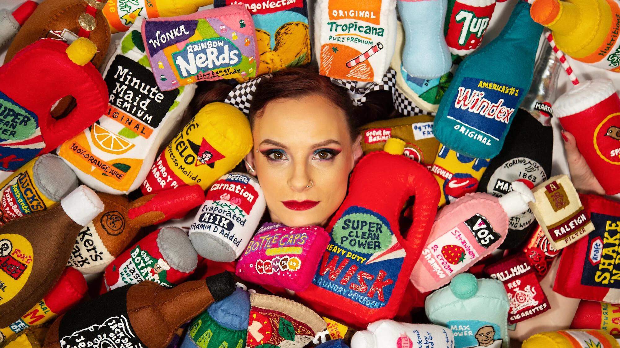 Lucy Sparrow: La artista del fieltro que hizo 31.000 productos para un supermercado kawaii de fantasía