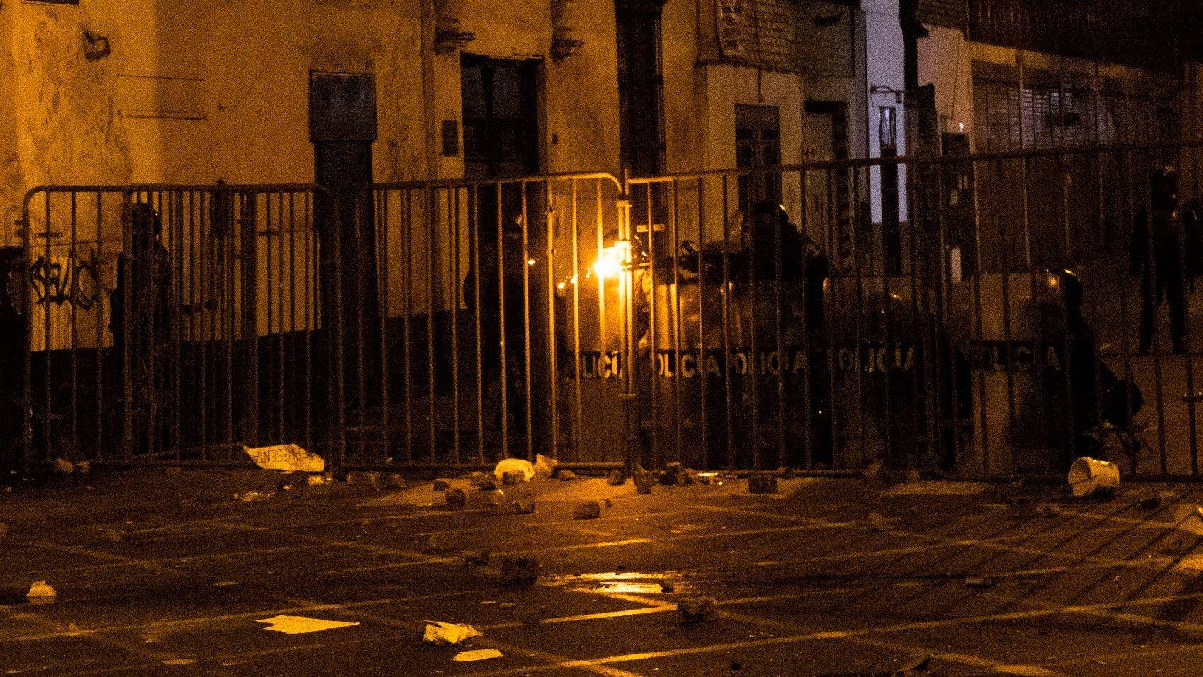 Policía dispara en contra de los manifestantes. Foto: CNDDHH