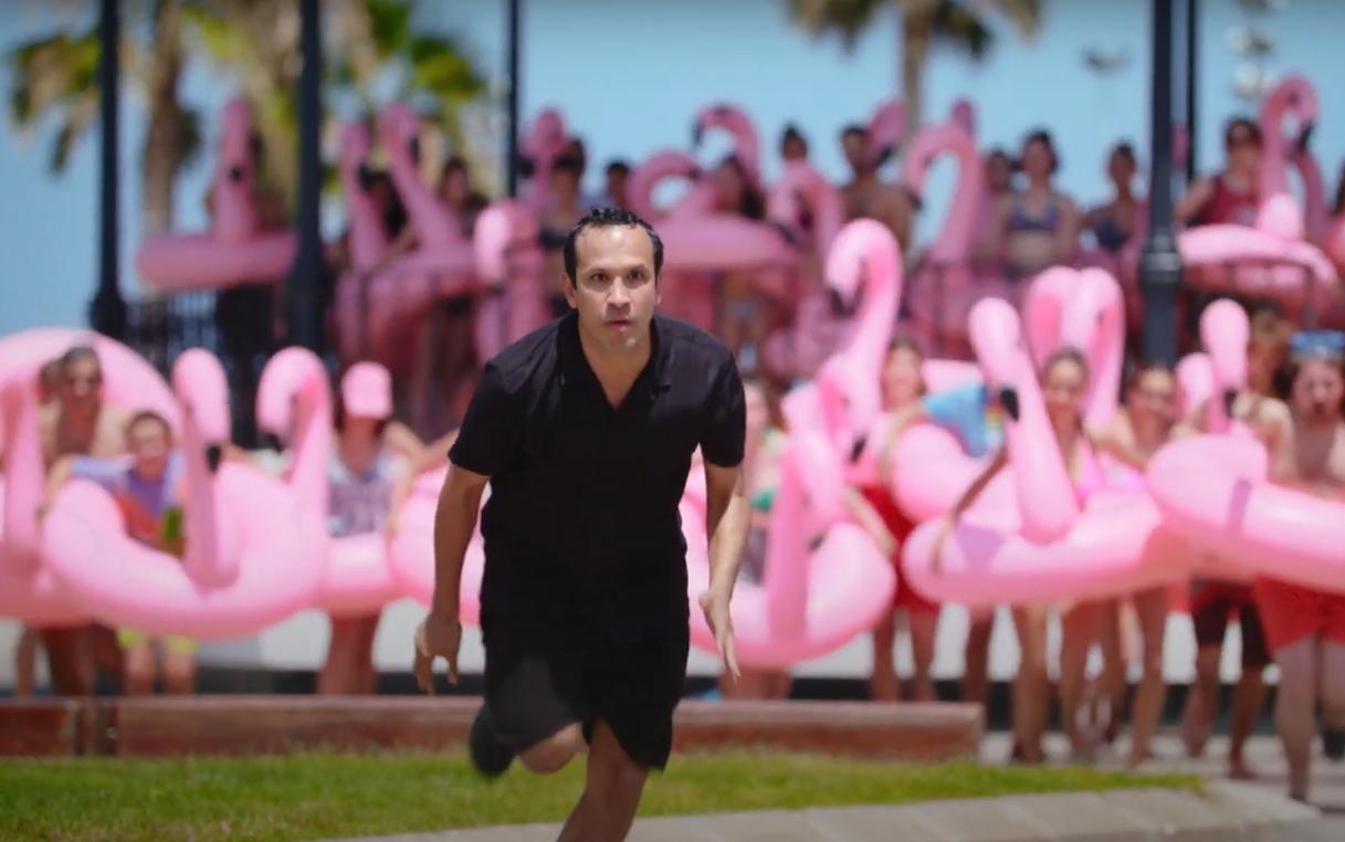 """""""The Mystery of The Pink Flamingo"""": El hilarante y excéntrico documental de ficción que recluta a John Waters en un viaje al kitsch"""