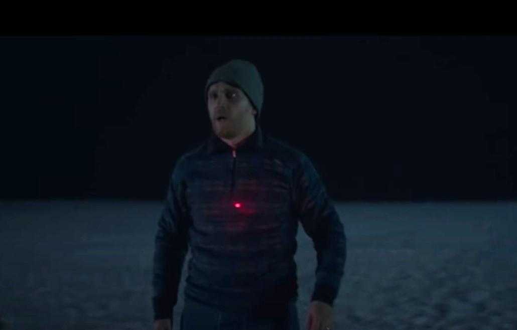 """""""Red Dot"""": Un francotirador misterioso amenaza a una pareja en el nuevo thriller de Netflix"""