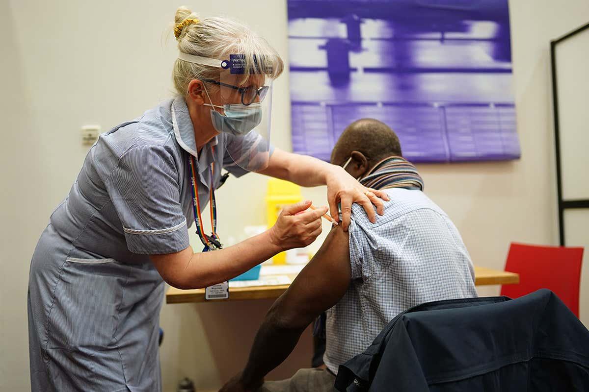 Coronavirus: EE.UU. registra casi tres muertes por minuto; UK vacunará de urgencia las 24 horas para intentar frenar contagios