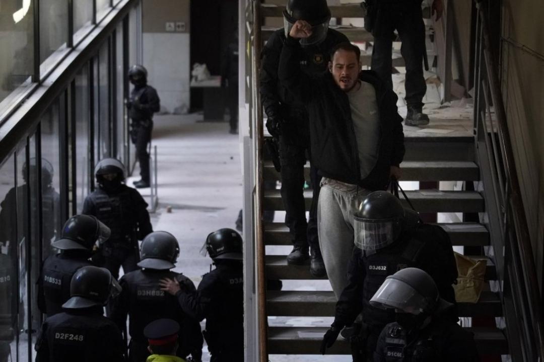 Pablo Hasél: El rapero español es detenido tras 24 horas de enfrentamiento policial por eludir la cárcel