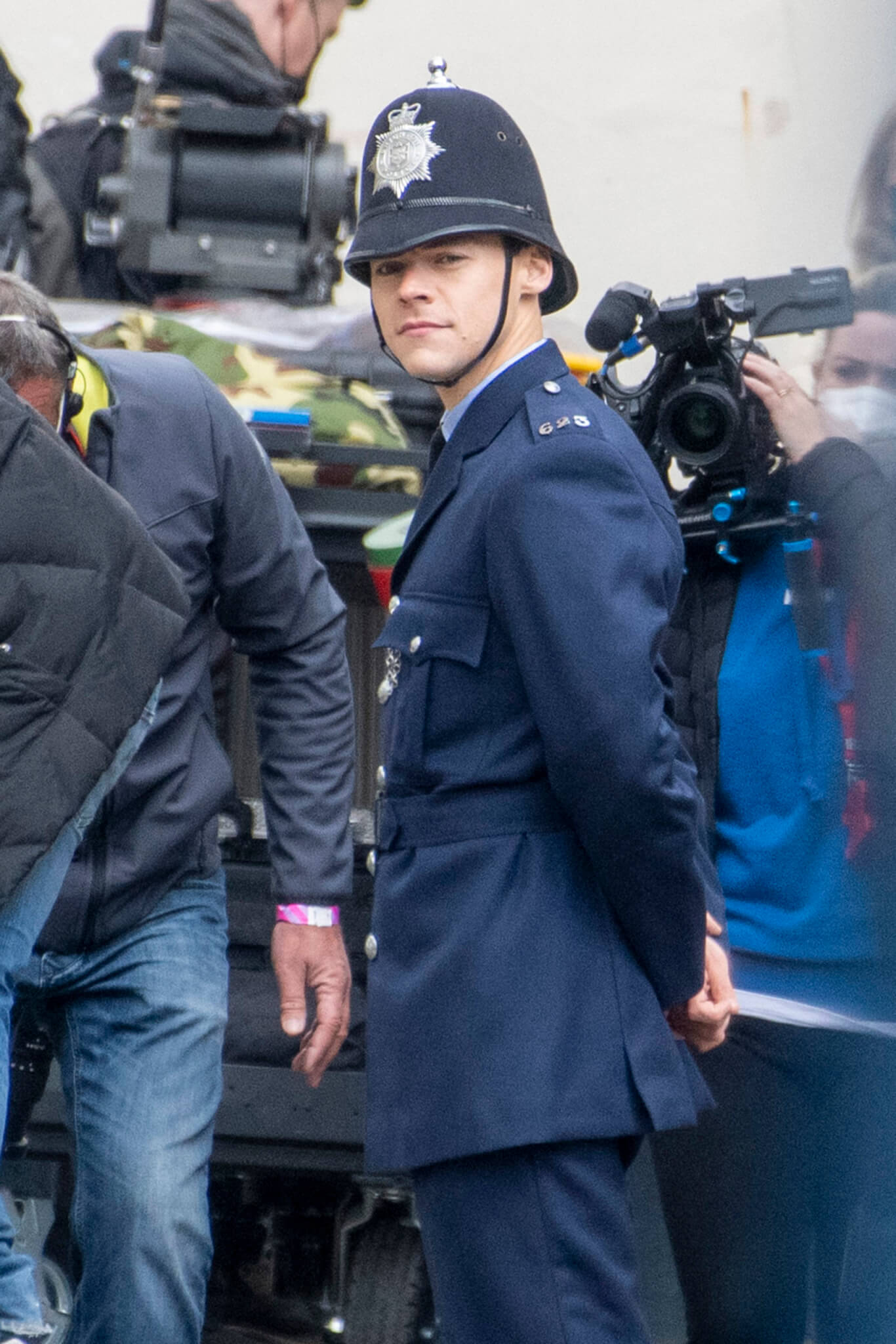 """Estas son las primeras fotos de Harry Styles como un policía gay en el set de """"My Policeman"""""""