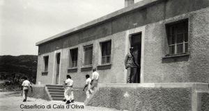 Gli addetti al Caseificio rientrano in cella dopo la giornata di lavoro. (c.h.1960)