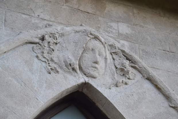 Fig. 7 - Bassorilievo con il volto di Maria Maddalena