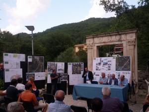Nello splendido angolo di largo Sant'Antonio, il sindaco presenta il progetto del parco faunistico con rispettivamente il presidente, Diaconale  e direttore Maranella, del Parco Nazionale del Gran Sasso