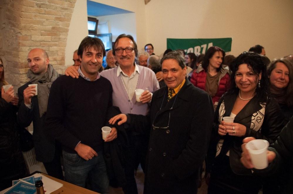 Gatti con Romeo Lucci (esponente locale di Forza Italia) , Enzo De Rosa, sindaco di Castelli e Amelide Francia, consigliere comunale di Forza Italia (fonte Facebook)