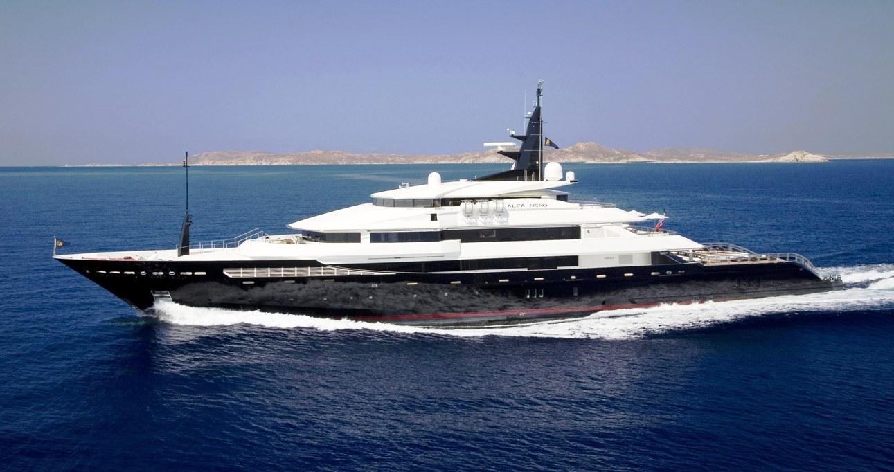 Lo yacht di lusso Alfa Nero naviga nelle azzurre acque di Minorca
