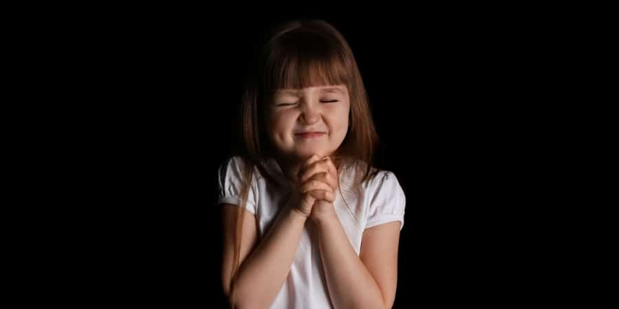 picture of a little girl praying