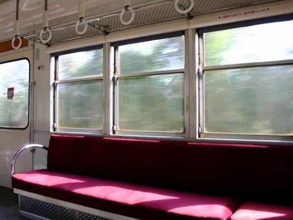 お金がないと電車に乗れないのか