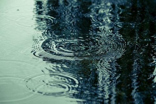 雨の日に靴から浸透する雨水で足を冷やし、気分が悪く、風邪を引くこともある