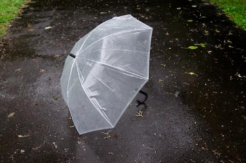 傘だけでは雨水を防げない