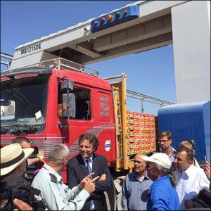 Minister Koenders bij de scanner aan de Gaza grens (foto: Ministerie van BuZa)