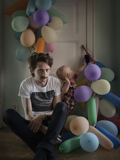 """Щведские отцы"". Fredric Janson, 34, Engineer When their son Ossian was born, Fredric and his partner took four months' joint parental leave, then they alternated 50/50. ""Because we took turns being on leave and working, right from when we first became parents, parental leave has never felt boring or monotonous. We thought it was important for both of us to be able to be with our child during all stages of development, and so we chose to be home together during the first four months, and then alternate."""