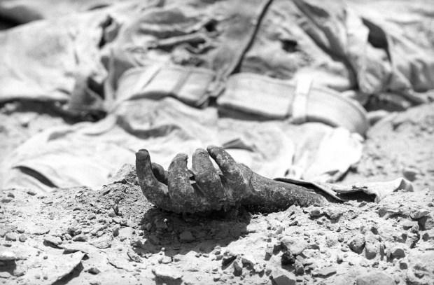יד של חייל מצרי ממלחמת ששת הימים מבצבצת בחולות סיני / 1971
