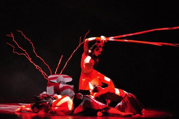 """Сцена из балета """"Цветение времени""""The Beijing Modern Dance Company (BMDC). Фото - by Ke Zhou"""