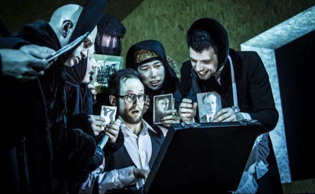 """Сцена из спектакля """"Мертвые души"""". Фото -© Ира Полярная."""