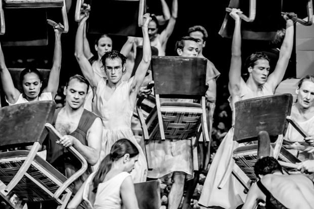 "Сцена из балета ""Гвоздики"" Театра танца Пины Бауш. Фото © by Jochen Viehoff"