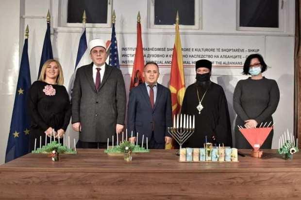 Представители разных религиозных конфессий Македонии принимают участие в зажигании ханукальных свечей