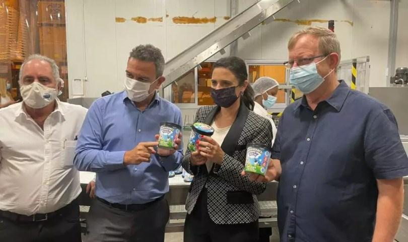 Le ministre de l'Intérieur visite l'usine Ben & Jerry's Israël en signe de soutien