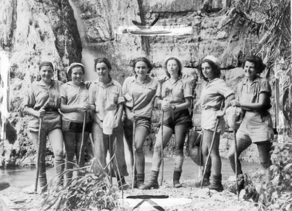 PikiWiki_Israel_782_Women_of_the_PALMACH_at_Ein_Gedi_בנות_הפלמquot;ח_בעין_גדי