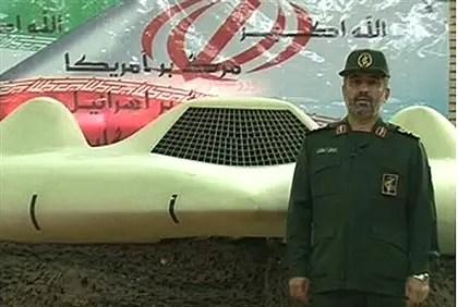 Tropas iraníes con drone capturado (ilustración)