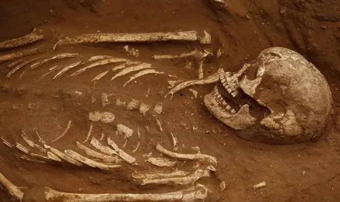 Esqueleto excavado en el antiguo cementerio filisteo en el sur de Israel
