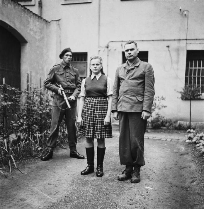 Гиена Аушвица Ирма Грезе (в центре) и комендант нацистского концентрационного лагеря Берген-Бельзен Йозеф Крамер (справа) в плену