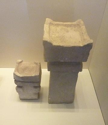 Фото автора: «рогатые» жертвенники периода Первого Храма. Музей Израиля