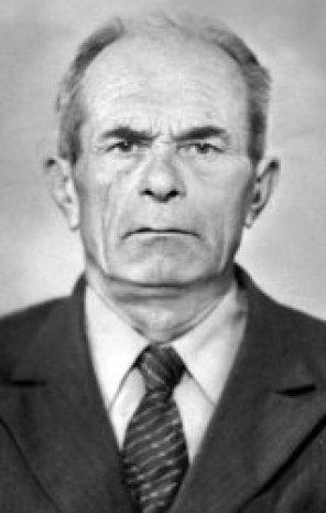 «Отчим мой был человеком необыкновенным. Мастер на все руки. По образованию юрист, он все свои документы спрятал от НКВД»