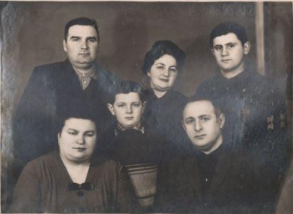 В первом ряду (слева направо): Татьяна Кузьменко (Кацай), младший сын И.А.Куцика Саша, Илья Абрамович Куцик. Во втором ряду (слева направо): муж Татьяны Алексей, жена И.А.Куцика Клара, старший сын И.А.Куцика Роман