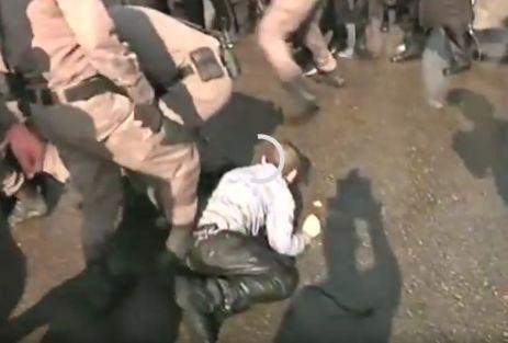 Стражи порядка не стеснялись пнуть и детей... Стоп-кадр видеоролика Youtube