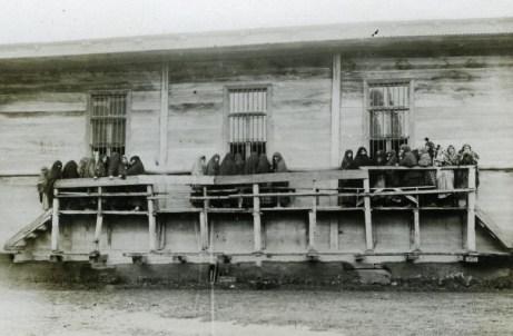 Женщины наблюдают за обрядом брит-мила через окна синагоги в Кулаши, 1929 г.