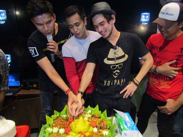 Order Catering Tumpeng Nasi Kuning Lengkap dekat Jakarta Selatan