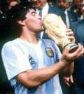 Maradona cu trofeul mondial in 1986