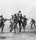 Soldati care joaca fotbal. reconstituire cu soldati nemti si galezi la Dale Barracks in memoria zilei de 25 decembrie 1914