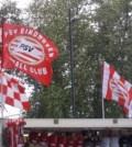 Steaguri PSV si camere de supraveghere deasupra unui magazin mobil din zona stadionului Phillips Stadium