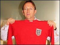 Andrew Leslau cu tricoul lui Geoff Hurst